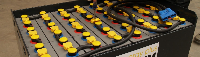 Zuur meten tijdens onderhoud bij tractie accu heftruck batterij