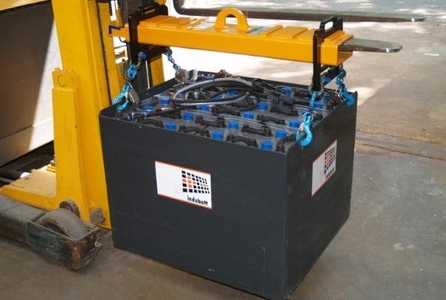 Zorg dat u veilig een heftruck tractiebatterij accu wisselt. Gebruik een hijsjuk.