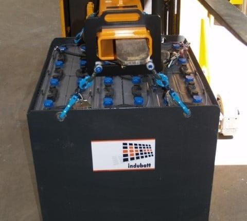 Een heftruck tractie batterij veilig en gemakkelijk wisselen met een hijsjuk.